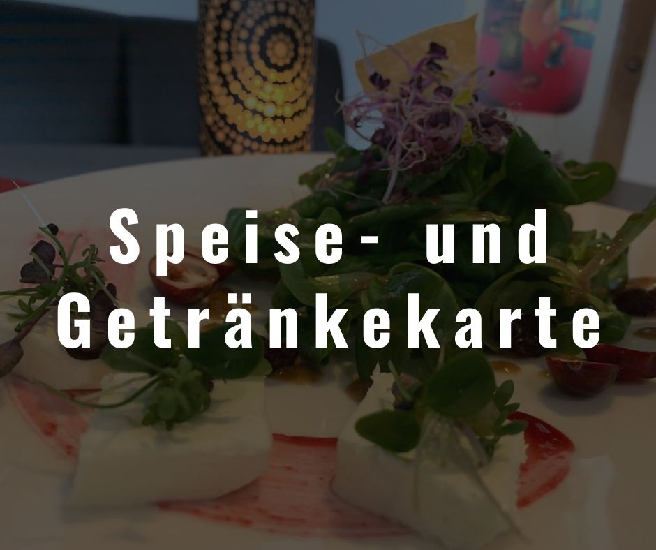 Ein Feldsalat mit Schafskäse zubereitet vom Restaurant Die Bühne in Ramstein hinter einem dunklen Hintergrund mit weißem Schriftzug: Speise- und Getränkekarte