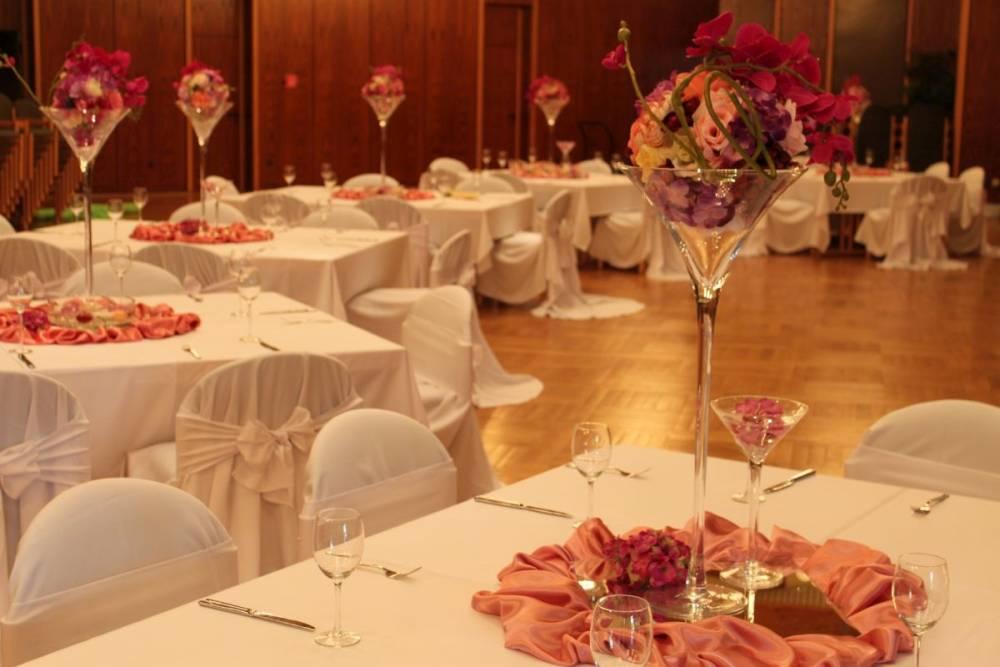 Tische und Stühle mit Dekoration für Hochzeiten aufgebaut im Congress Center Ramstein durch das Restaurant Die Bühne