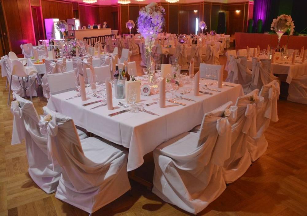 Eindruck vom Saal bei mehreren gestellten und dekorierten Tischen für eine Hochzeit im Congress Center Ramstein
