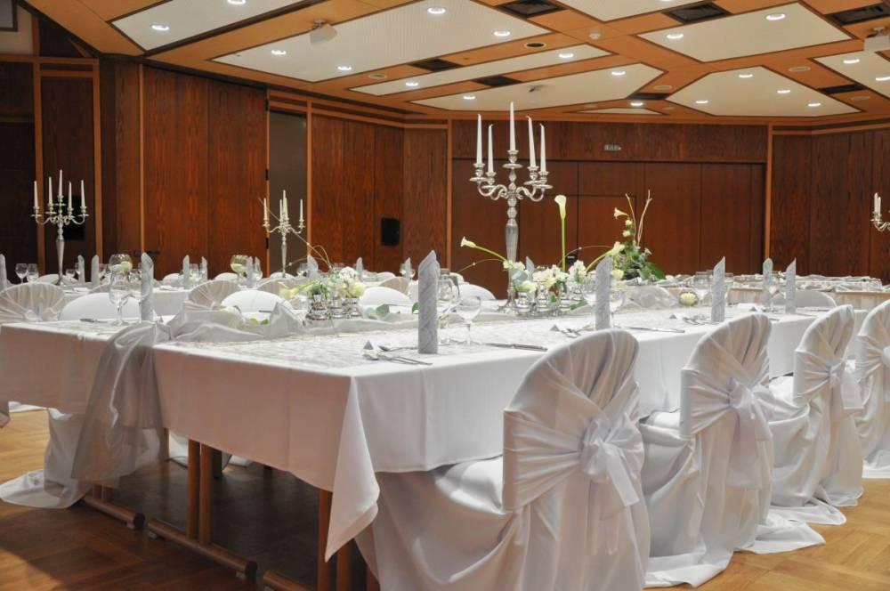 Einige Tische arrangiert für eine Hochzeit im Restaurant Die Bühne