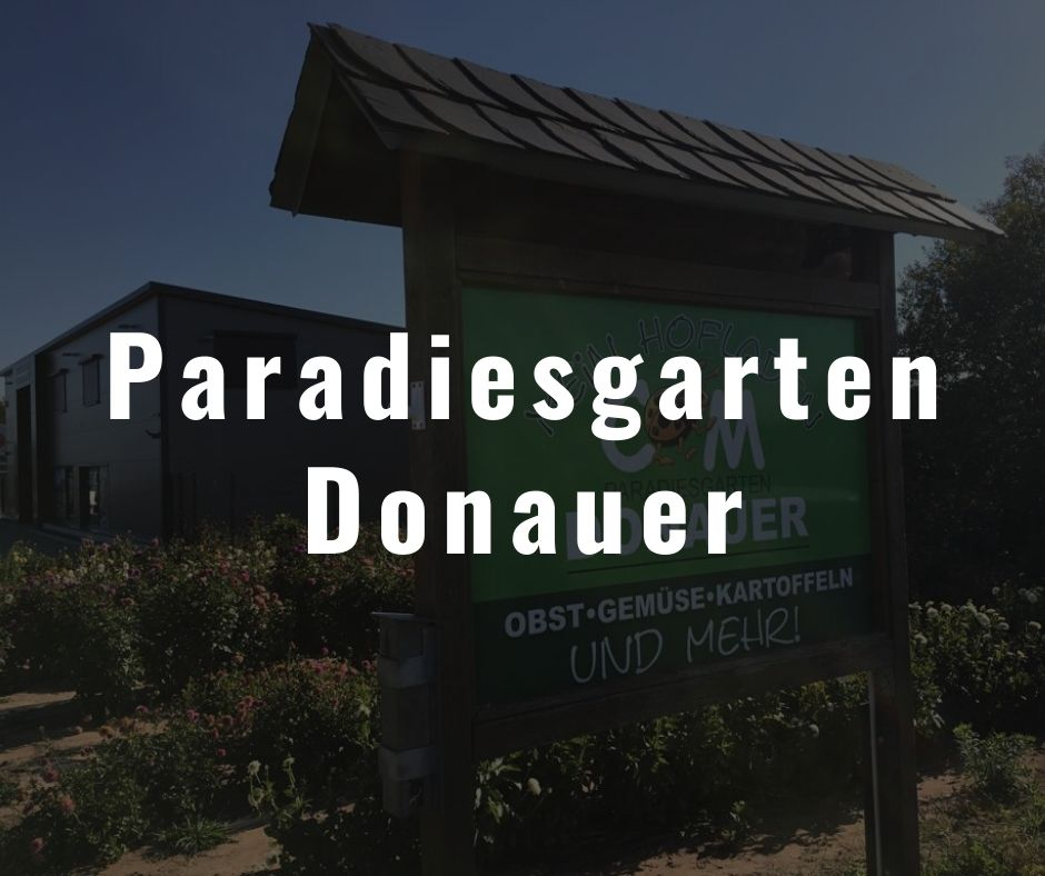 Schild des Paradiesgarten Donauer. Über diesen Anbieter bezieht das Restaurant die Bühne lokale Produkte wie Obst und Gemüse