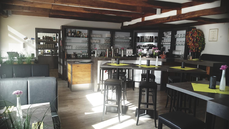 Innenbereich des Restaurants die Bühne in Ramstein. Blick in Richtung Theke