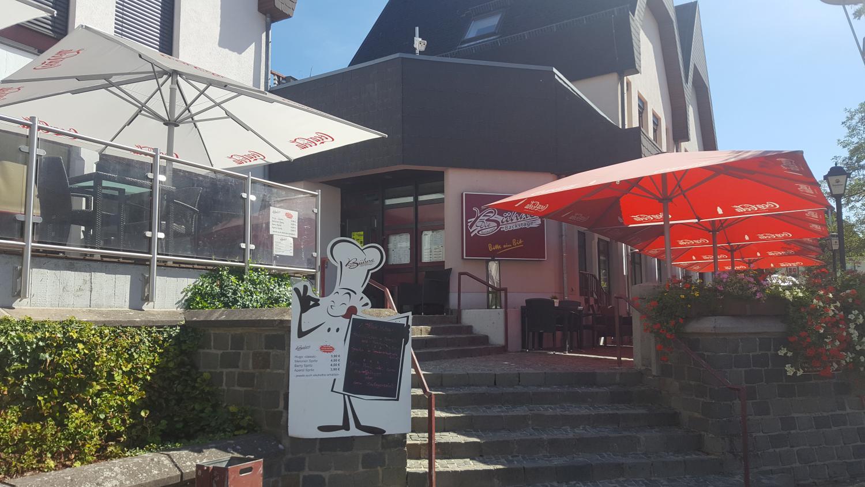 Außenbereich des Restaurants. Blick auf die Terrasse und den Eingang